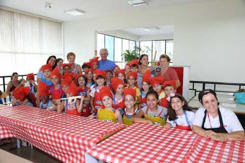 Crianças viram minichefs em oficina na Biblioteca Pedagógica de Limeira