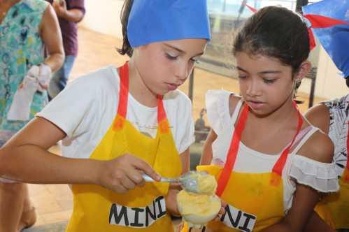 Crianças participam de oficina e aprendem receitas de doces na Biblioteca Pedagógica