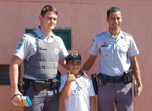 Policiais ensinam crianças sobre as leis de trânsito em Cordeirópolis