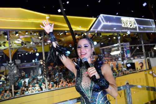 Cantora Luana Monalisa deixa todos abraçadinhos no carnaval de Salvador
