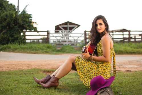 """Aline Abreu divulga a música """"Será um anjo?"""""""