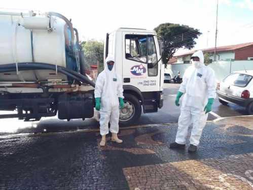 Higienização das ruas, praças e hospitais continua com ajuda dos servidores da limpeza