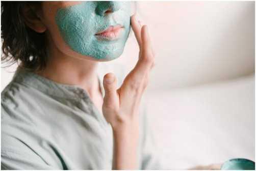 Cuidados extras ajudam a manter a pele do rosto jovem sem cirurgias