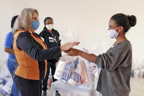 Prefeitura de Limeira entrega kits de higiene e limpeza a moradores do Rubi