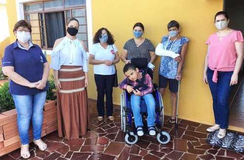 Fundo Social de Solidariedade de Cordeirópolis entrega cadeira de rodas para Bruno
