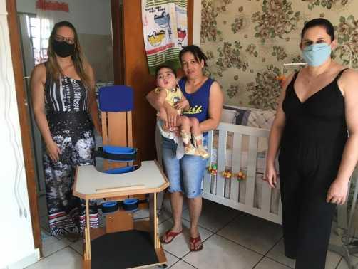 Fundo Social entrega cadeira parapodium para garoto de Cordeirópolis