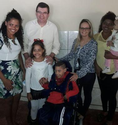 Fundo Social de Cordeirópolis entrega cadeira de rodas adaptada para o pequeno Luan