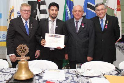 Rotary recebe Governador do Distrito, empossa novo membro e realiza doação