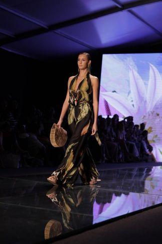 Isabeli Fontana desfila para a marca de beachwear Sinesia Karol pela primeira vez em Miami
