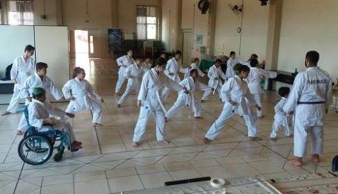 Aulas de Karatê adaptado da AINDA têm transformado rotina dos alunos
