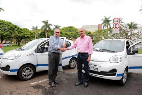 Prefeito de Limeira entrega três novos veículos à Saúde