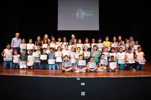 Prefeito entrega medalhas a alunos por participação na Olimpíada Brasileira de Astronomia e Astronáutica