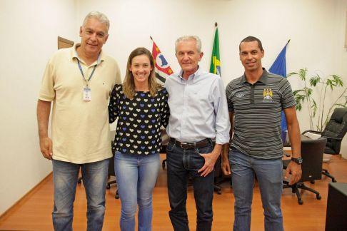 Prefeito de Limeira recebe triatleta de Limeira que disputará mundial