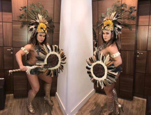 Considerada Pé Quente, Rainha Bicampeã do Carnaval de SP posa de Guerreira