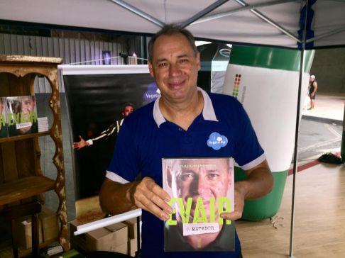 Atacante Evair lança livro e atrai fãs da região ao Shopping Nações em Limeira