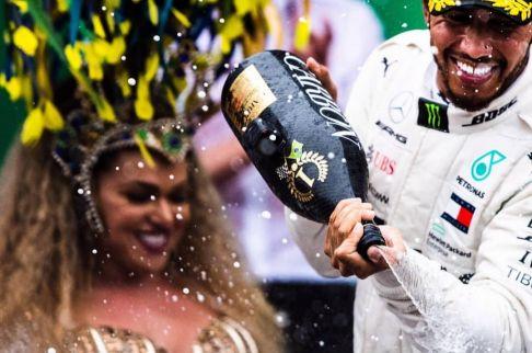 Rainha de Bateria Andréa Capitulino é destaque em GP do Brasil de Fórmula 1