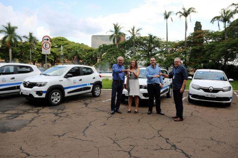 Prefeito de Limeira entrega cinco novos veículos para renovação de frota da Saúde