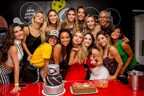 """Erika Schneider comemora aniversário com cantor do hit """"Jenifer"""" e famosos em SP"""