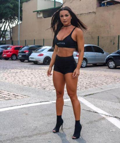 De shortinho, Fernanda D'avila mostra corpão em feira fitness de Arnold Schwarzenegger