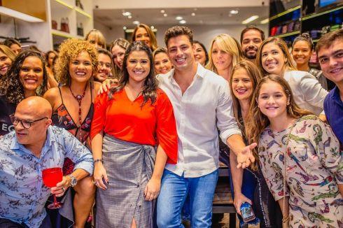 Cauã Reymond marca presença na reinauguração da Colcci em Maceió