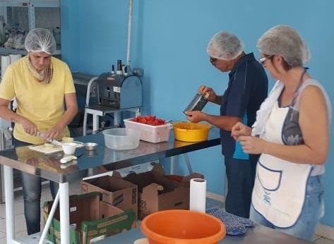 """Participantes aprovam curso """"Processamento de Tomate"""" e desenvolvem receitas de dar água na boca"""