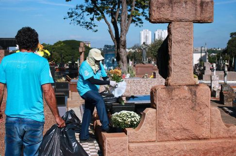 """Cemitérios de Limeira recebem """"varredura"""" contra dengue"""