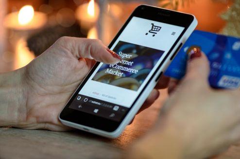 Brasileiros têm preferência por fazer compras online no período da tarde