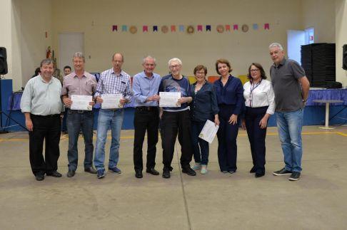 Prefeito de Limeira entrega certificado de reconhecimento para atletas do Jori