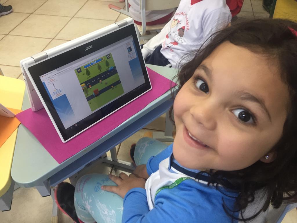 Crianças do Ensino Infantil utilizam os Chromebooks em sala de aula