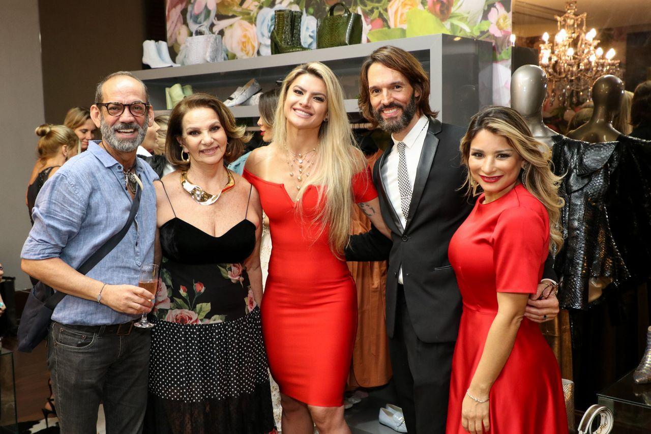 80ecb3212ac64 Quem também marcou presença, foi a modelo Mirella Santos e a simpática e  querida atriz da Rede Globo Fernanda Souza, que chegou toda poderosa  trajando um ...