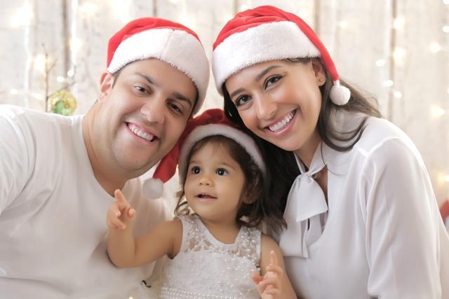Renata Maron com sua família, em ensaio natalino