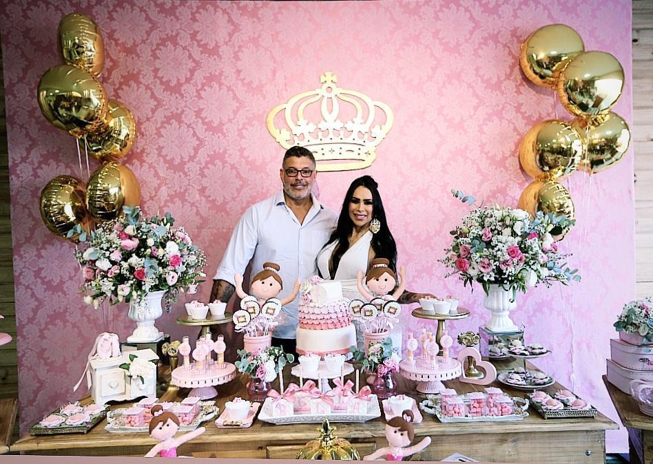 Fabi Frota e Alexandre Frota são pura felicidade em chá de bebê da herdeira Bella
