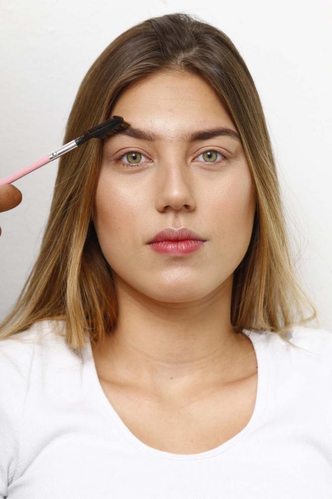 Aplique iluminador nas têmporas e nariz e faça a correção da sobrancelha