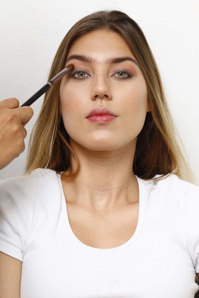 Rente aos cílios inferiores e superiores utilize uma sombra preta e passe um pigmento por toda pálpebra