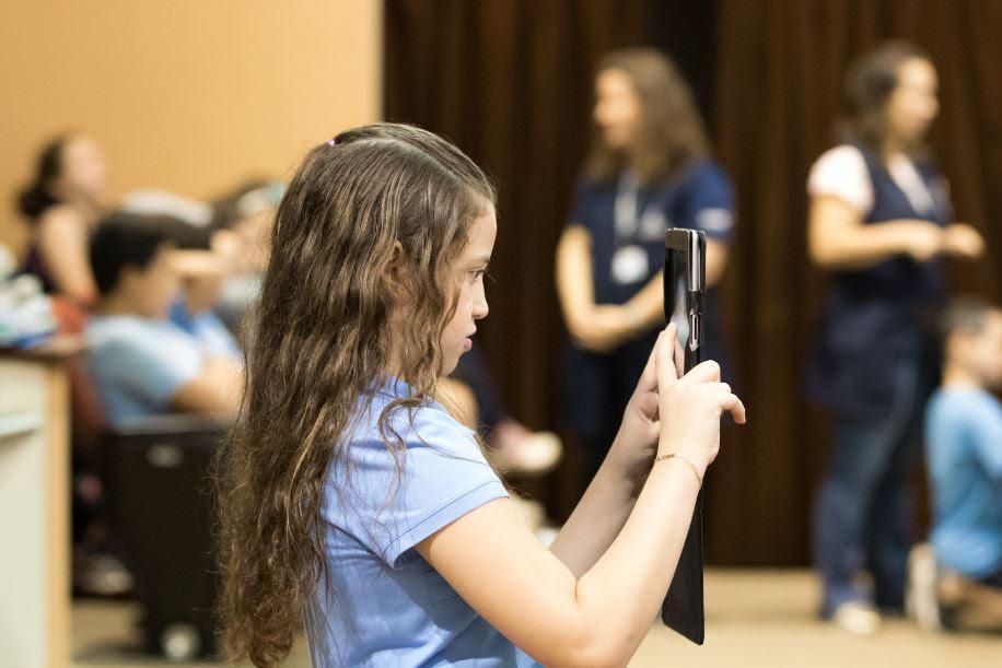 Colégio alerta sobre tempo máximo de uso de telas por crianças e adolescentes