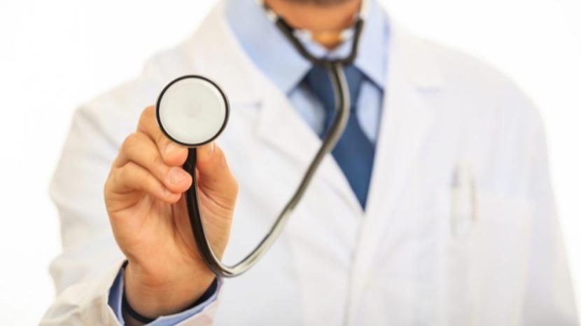 Especialista fala sobre riscos do jaleco médico para os pacientes