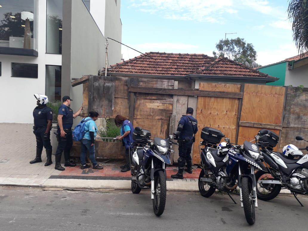 Prefeitura de Limeira vistoria casa abandonada para controle da dengue