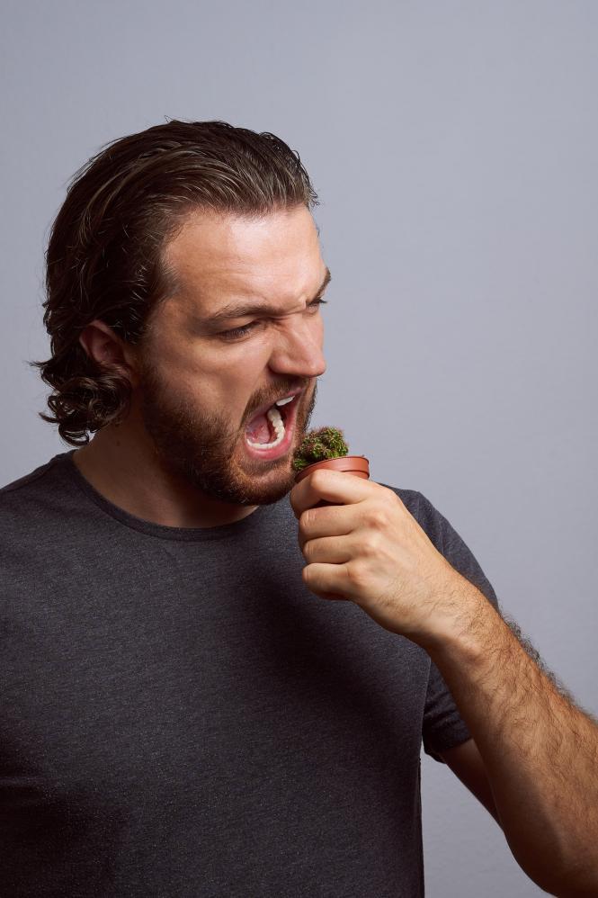 Além da falta de educação, comer de boca aberta pode fazer muito mal à saúde