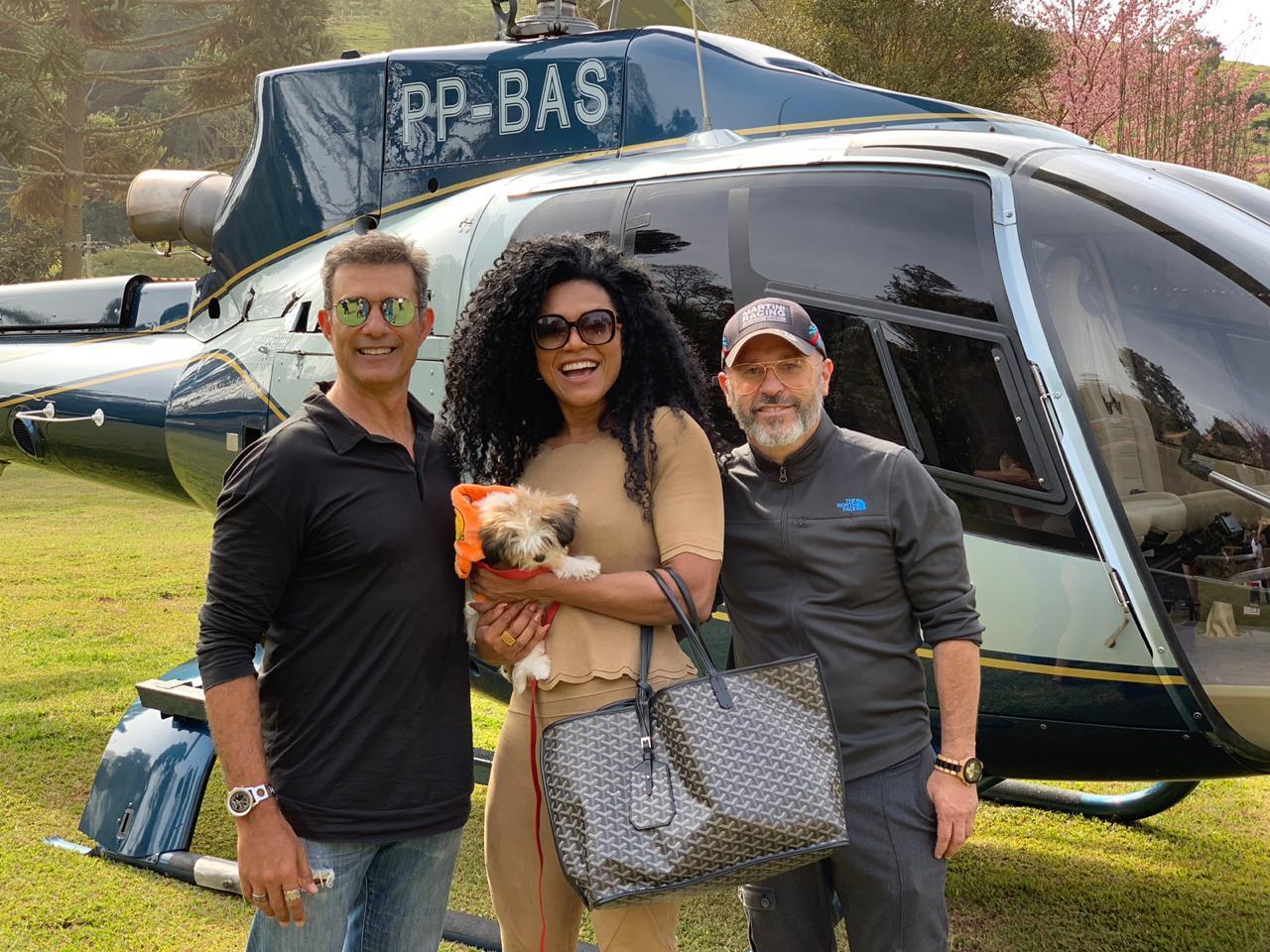Marcos Pasquim, Simone Sampaio e Júnior Pacheco visitam atelier de artista em Maria da Fé