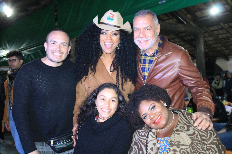 Jojo Todynho, Rita Cadillac, Salete Campari e outros famosos curtem Arraiá Beneficente em SJC