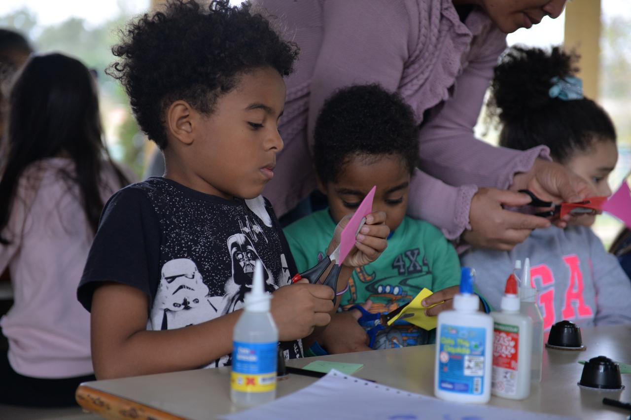 Oficina de Carimbos em Limeira reúne pais e filhos em atividade de férias