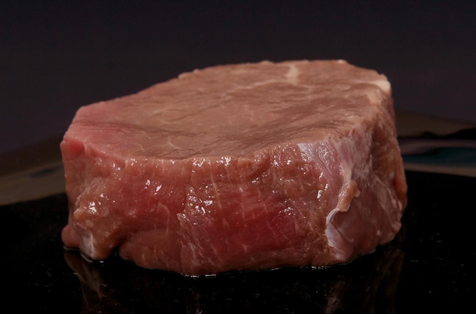 Gosta de comer carne crua? Veja quais são os riscos desse hábito