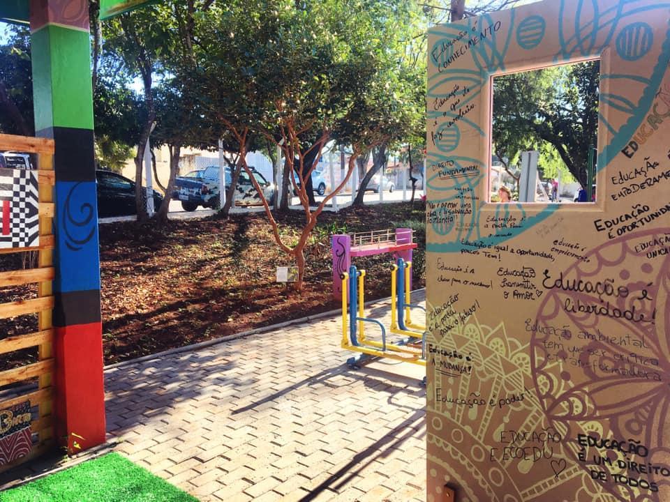 """Alunos das escolas estaduais montam exposição de arte """"Pintando Histórias"""""""