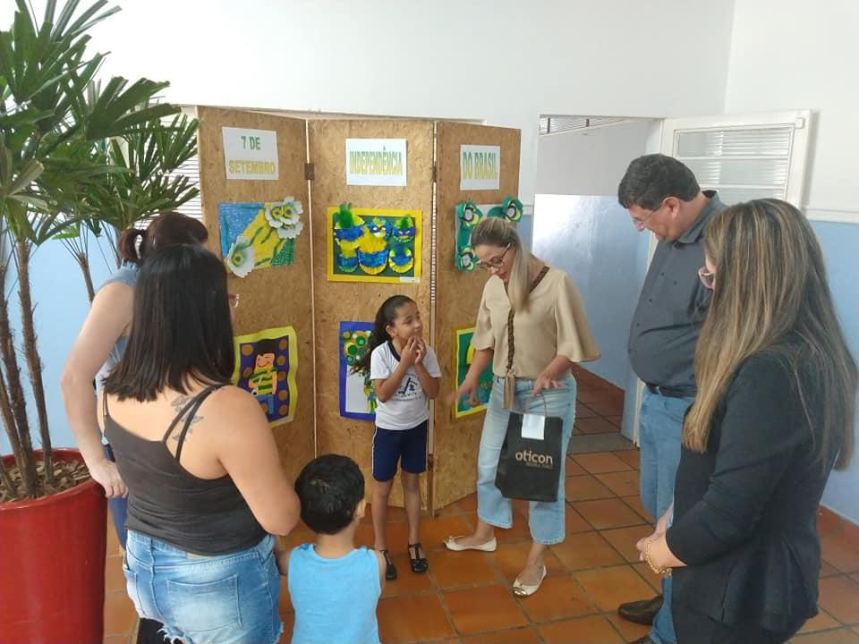 Aluna da Escola Amália recebe aparelho auditivo para melhorias durante as aulas