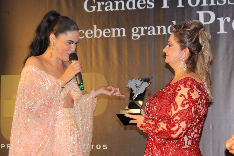 Renata Banhara é puro glamour em Premiação em SP
