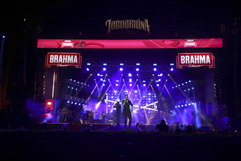 Com churrasco no palco,  Dennis fecha a primeira semana do Jaguariúna Rodeo Festival ao amanhecer