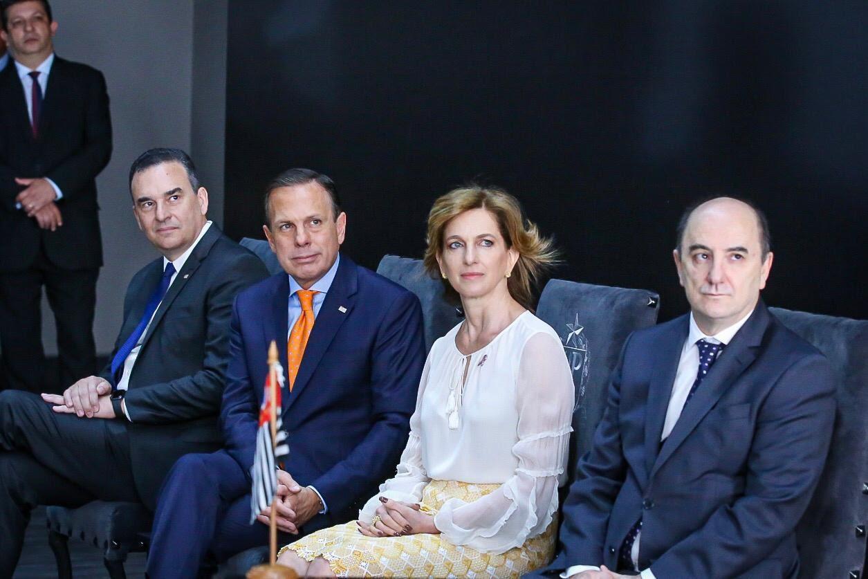O governador João Doria acompanhado do secretário estadual da Habitação, Flavio Amary (à esquerda na foto), da secretária estadual do Desenvolvimento Social, Celia Parnes, e do presidente da CDHU, Reinaldo Iapequino (à direita), em cerimônia de lançamento do Programa Vida Longa