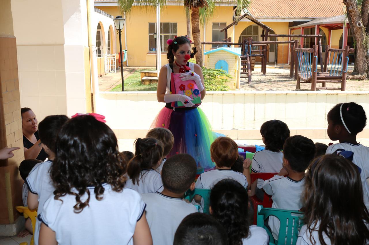 Escolas municipais de Limeira recebem acervo itinerante de livros sensoriais
