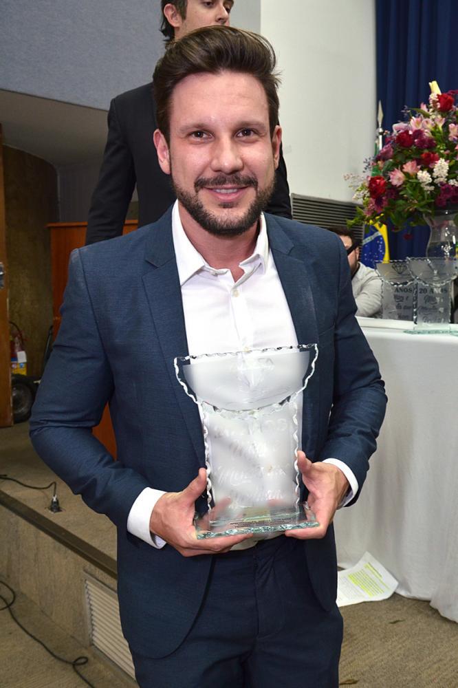 """Simone Sampaio, Aritana Maroni, Jorge Lordelo, entre outros, recebem prêmio """"Mãos e Mentes Que Brilham"""" 2019"""