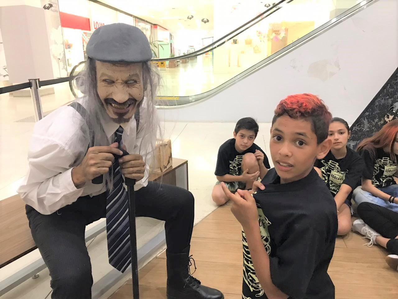 Shopping Nações é invadido por monstros e crianças têm noite de arrepiar